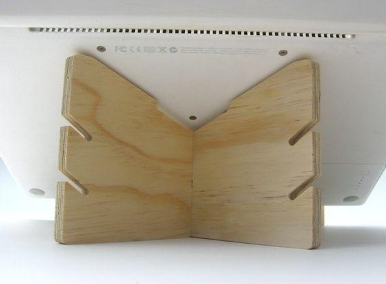 Este ingenioso soporte eleva una pantalla de ordenador portátil a una altura más cómoda y ergonómica. También alivia el estrés de preocuparse por matar a su preciada y costosa máquina de derrames de líquidos.  Monta y desmonta con un solo movimiento, lo que es ideal para llevar en el bolso del ordenador portátil. Equipo para arriba con un teclado inalámbrico para una solución más ergonómica.  Las ranuras de cable en la parte posterior puede sujetar el cable de alimentación, cables usb o…