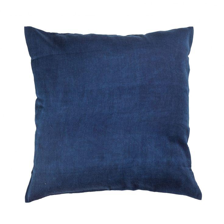 Tento dekorační polštář propojuje moderní design a tradiční dovednosti afrických řemesel. Je z 100% bavlny, ručně tkaný v dílnách v západní Africe a barvený rostlinným indigem.Polštáře prodáváme bez výplně. Do rozměru tohoto potahu sedí standardní náplň 40x40 cm, například SCANquilt. Lze prát v pračce na 30°C.