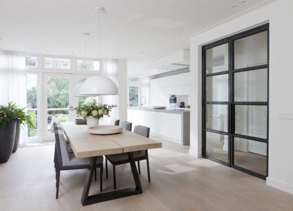 Houten tafel stalen poten & witte keuken met beton & houten vloer
