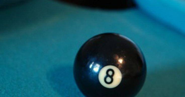 La diferencia entre una mesa de billar y una mesa de pool. Tanto el billar y el pool son deportes jugados en mesas forradas de tela que usan tacos para mover las bolas. Si bien el billar y el pool se utilizan indistintamente, hay algunas diferencias importantes en las reglas de cada uno; en el billar, sólo se utilizan 3 bolas, mientras que en el juego de pool se utilizan entre 1 a 15 bolas. Las bolas son ...