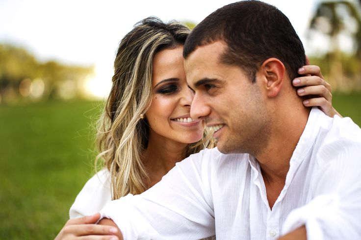Retrato de casal feliz na sessão de fotos em curitiba