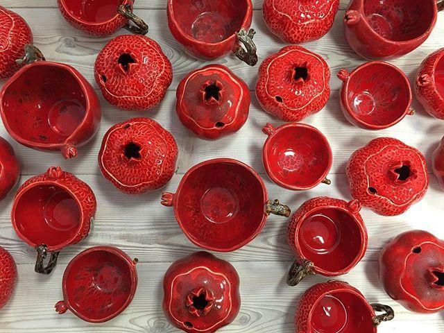 Мнооого гранатов в наличии 😍 Сахарницы, чашки, пиалы и бульонницы в наличии со скидкой -25% #керамикаонатакая Наша посуда полностью пригодна для использования с пищевыми продуктами #керамика#керамикаручнойработы#керамическаямастерская#москва#гончарныйкруг#гончарнаямастерская#гончарнаямастерскаямосква#посуда#посударучнойработы#гранат#фотодня#фото#длядома#instadaily#instagram#instagood#handmade#picoftheday#photooftheday#pomegranate#tanyapotter#moscow#taceramica