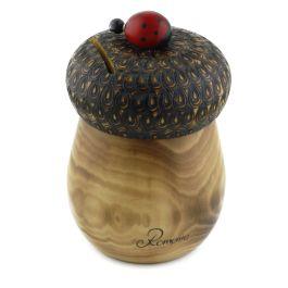 """Realizata din lemn in culoare naturala, aceasta pusculita sub forma de ghinda are capacul sculptat manual si este personalizata cu text """"Romania"""".Povestea pusculitei are un inceput destul de simplu, oamenii facand economii in borcanele pe care le aveau depozitate in bucatarie. In timp insa, borcanul a fost inlocuit de un purcelus ce trebuia a fi spart atunci cand se decidea cheltuirea banilor stransi.(wooden money-box)"""