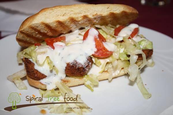 Sandwich di pane di kamut con falafel, verdure crude e salsa di yogurt (vegan)