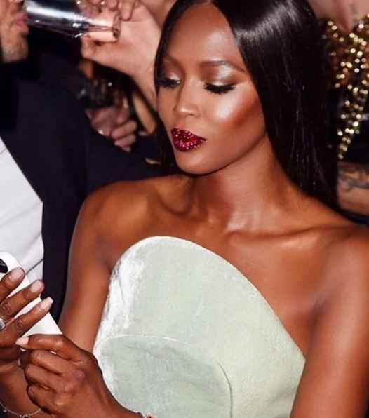 """Ontem duas belezas se destacaram durante o Video Music Awards 2016: Os lábios vermelhos e com glitter de Naomi Campbell – lembrando o acabamento dos sapatinhosde Dorothy, de """"O Mágico de Oz"""" A cara lavada de Alicia Keys, cantora que resolveu se libertar de estereótipos e pigmentos para mostrar o que realmente era e como …"""