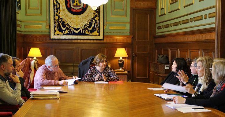 MOTRIL.La edil de Educación, Mercedes Sánchez preside la constitución de la Comisión del Plan Local de Lectura, que engloba a instituciones públicas, privadas, asociaciones y empresas.