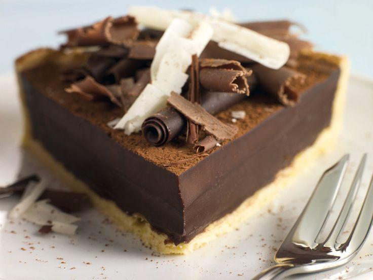 Kolač od čokolade Tijesto: ✦ 25 dag mljevenih Petit beurre keksa   ✦ dvije žlice šećera  ✦ 20 dag maslaca Nadjev: ✦ 50 dag čokolade za kuhanje s visokim udjelom kakaa  ✦ 50 dag maslaca   ✦ 30 dag šećera   ✦ 12 žutanjaka  ✦ 2 žlice gustina