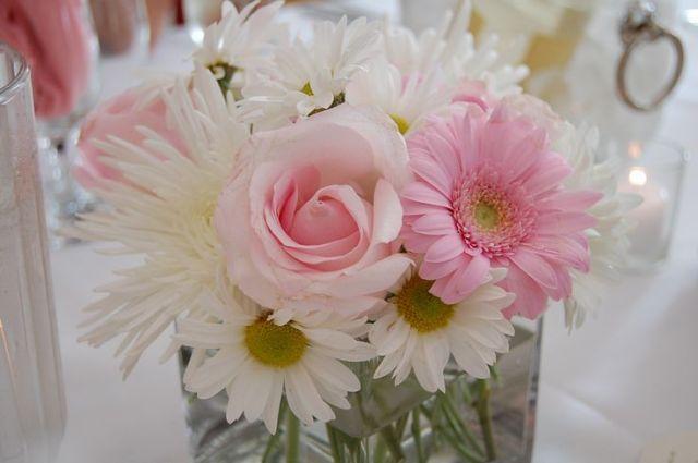 Particularmente a mi me gustan mucho las flores como centro de mesa y de hechos nos permiten que apostemos por ellas en cada ocasión ya que es difícil que ...