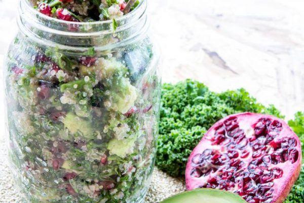 Tongrollentjes met limoenpesto, gewokte romeinse sla, lente-ui en kerstomaatjes.