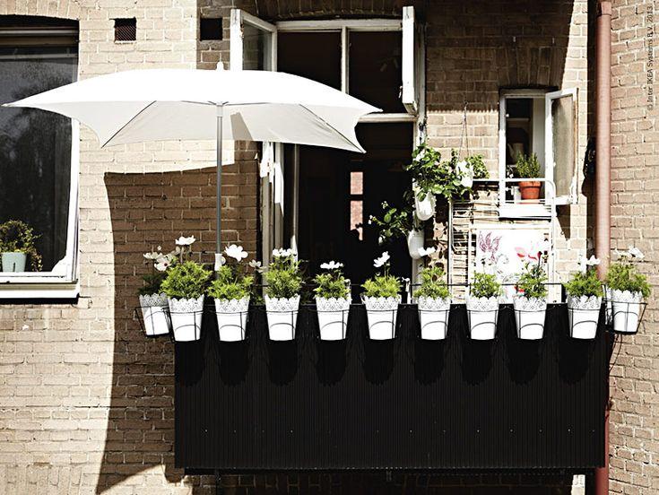 En bra balkong är inte bara ett halvdant substitut för en trädgård, den har sina egna fördelar! Att gå ut på balkongen får gärna kännas lite som att kliva rakt in i en överdimensionerad balkonglåda.