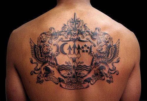 tatouage blason armoiries homme haut du dos