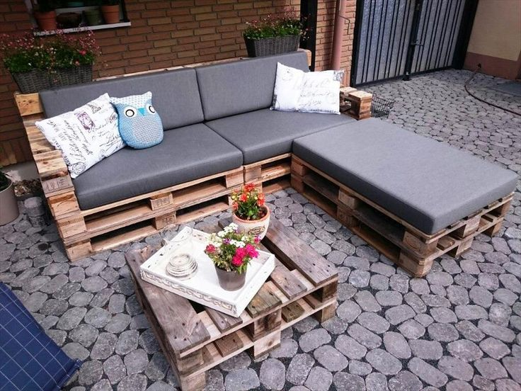 Cushioned Pallet L / sectional Sofa with Coffee Table - 30 DIY Pallet Ideas For DIY Home Decor | Pallet Furniture DIY