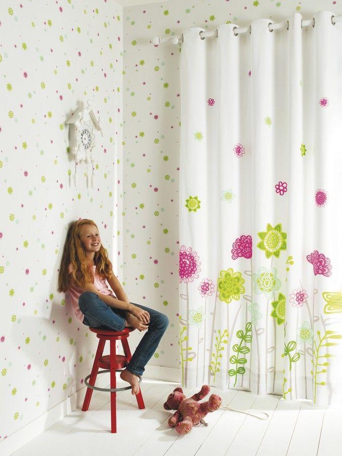 Consigue unas paredes divertidas, repletas de color con este papel pintado de flores donde se combina el fucsia y el verde lima.