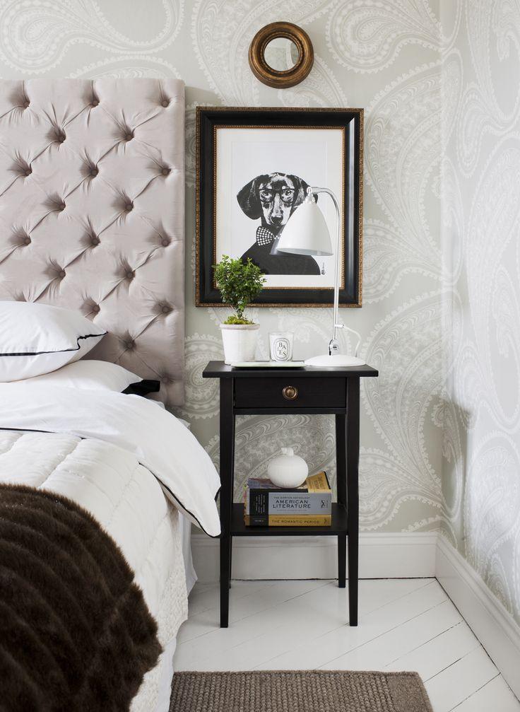 I sovrumet, sänggavel från Dis, sängbord Ikeas Hemnes med nya beslag. Lakan H home. Sänglampa Bestlite. Beigegrå tapet Rajapur från Cole & son.