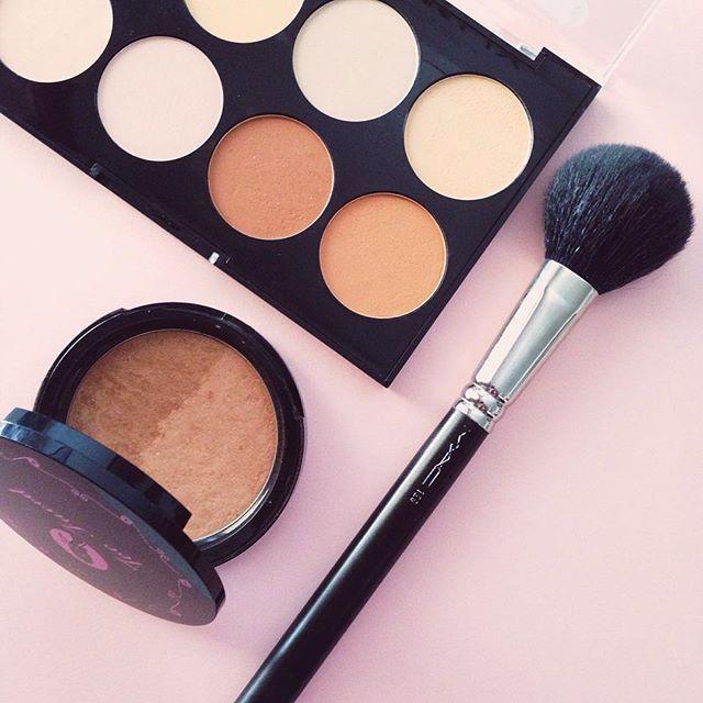 Contouring favorites ➕ ascoopofcoffee.com ➕ #ascoopofcoffee #blogger #lifestyle #lifestyleblog #greekblog #lifestyleblogger #ABMlifeiscolorful #ABMlifeissweet #thatsdarling #thehappynow #pursuepretty #flashesofdelight #petitejoys #DScolor #greekblogger #acolorstory #makeup #contour #mac #maccosmetics #toofaced #beachbunny #flatlay #bbloggers #bronzer