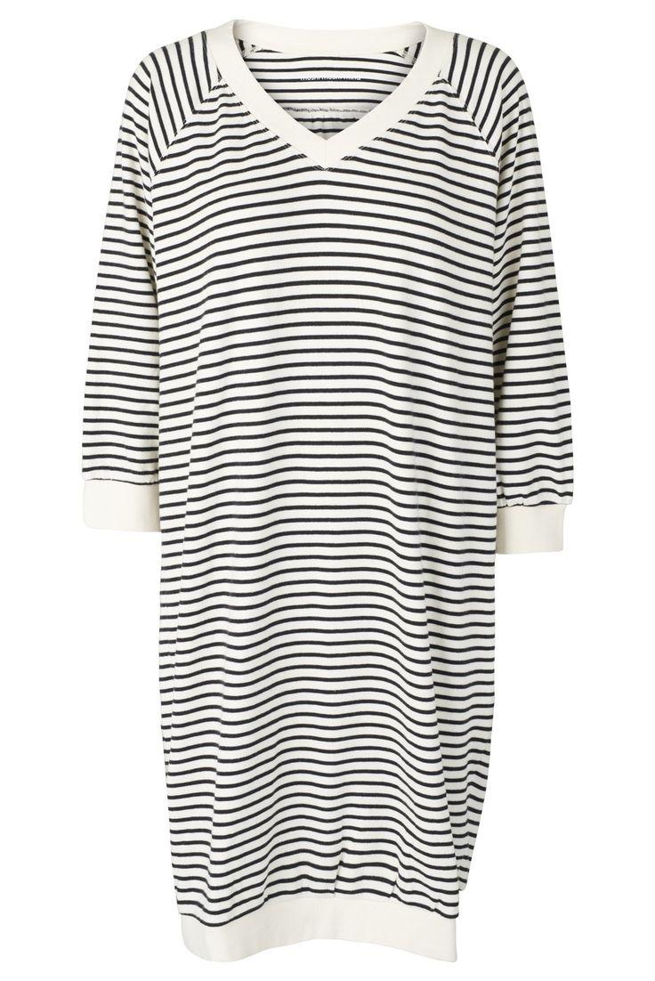 Skøn sweatshirtkjole i smal strib. Style den til hverdag med sneaks eller ballerinaer og til fest med høje hæle... 100% bomuld