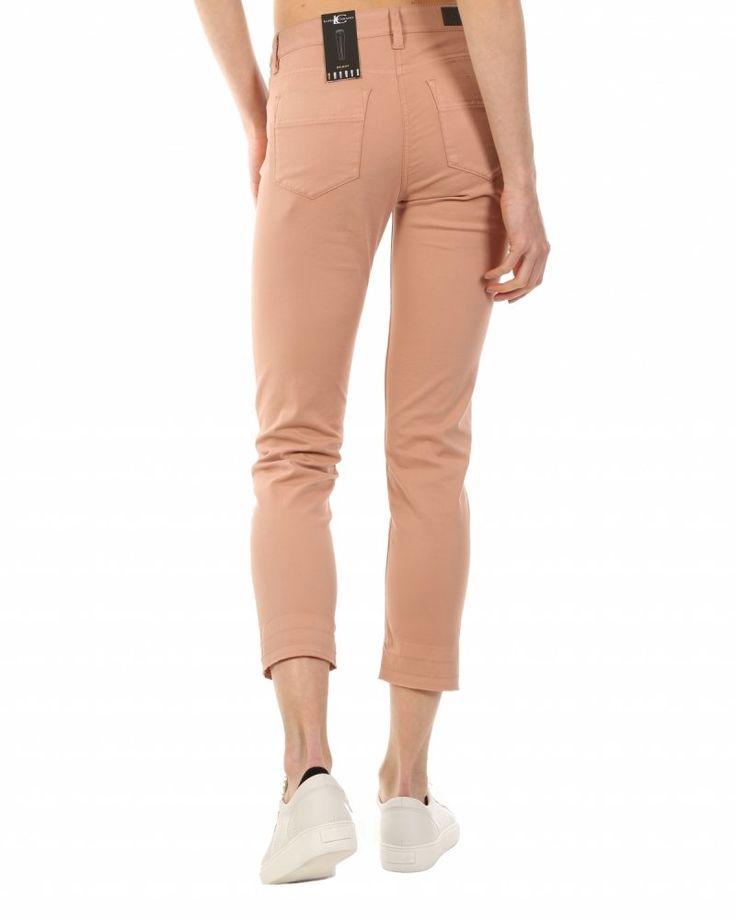 Luisa Cerano broek zalm  Description: Lange broek van het merk Luisa Cerano in de kleur zalm. Dit model is mid rise en heeft een slim fit met een straight broekspijp. Daarbij is deze broek van Luisa Cerano voorzien van 5-pocket zakken en een knoop en ritssluiting.  Price: 119.97  Meer informatie