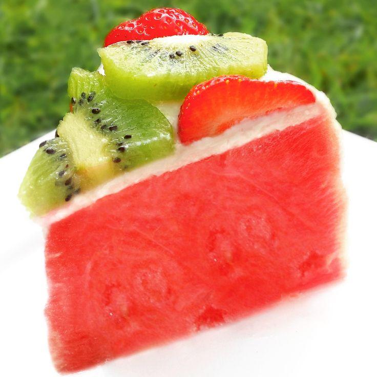Dit is een klassiek en superlekker zomerrecept. Deze taart doet het altijd erg goed op feestjes. Bevat geen suiker, is snel gemaakt en hoeft niet in de oven. Let's get started! Je hebt nodig: 1 grote watermeloen (Ik haal ze altijd bij de Turkse supermarkt) Een pakje kokoscreme (santen, te koop bij de supermarkt) een…