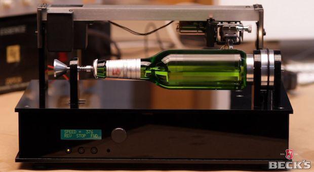 La marque de bière allemande Beck's a inventé une bouteille de bière qui se lit à la manière d'un disque vinyle.