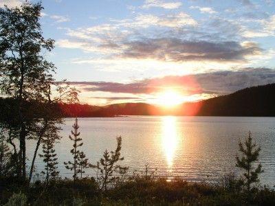 Vad är väl bättre än att stå vid vattenbrynet och uppleva midnattssolen en sen sommarkväll i Lappland?