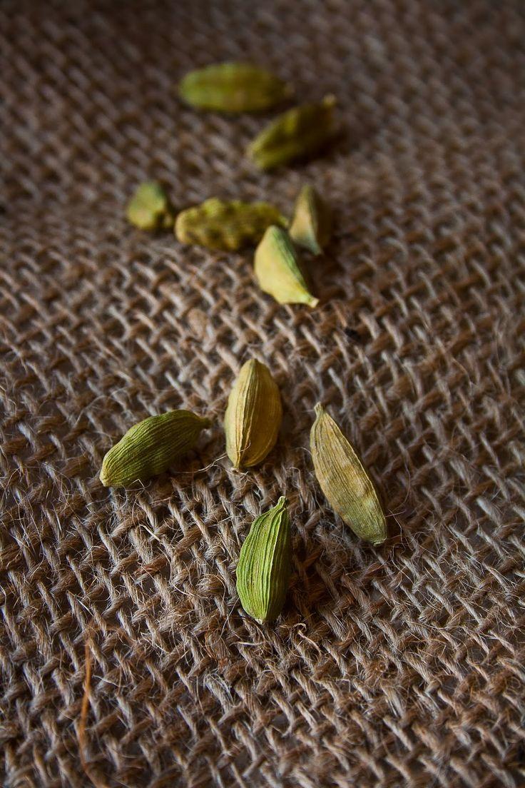 Green cardamom El cardamomo verde es una especie muy típica de la India y que se usa en la preparación de numerosos platos.Ayuda a mejorar los niveles de antioxidantes y es bueno para los pulmones, los riñones y el corazón. También es conocido por elevar el estado de ánimo.