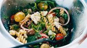 Sallad med pasta, tomat, fetaost och oliver | Recept