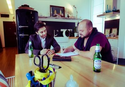 Pasiunea italienilor pentru moda le este cunoscuta lui Mihai Dan Zarug si Claudiu Enescu, care au avut prima intalnire din proiectul Peroni Collaborazioni intr-o atmosfera destinsa. Cei doi au hotarat crearea unui obiect vestimentar masculin rafinat si versatil, despre care te invitam sa afli mai multe din articolul scris de Claudiu Enescu pe blogul sau.