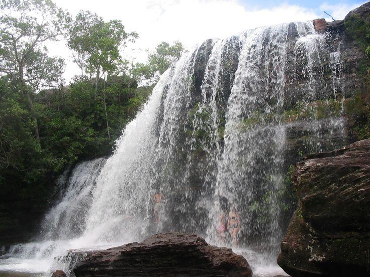 Dentro del Parque Natural de La M;acarena se encuentra la cascada de Los Cuarzos. Una de las reservas naturales más importantes de Colombia y considerado como uno de los refugios naturales más importantes del planeta de vida silvestre. Además, por su clima y variedad de ecosistemas, es el hogar de osos hormigueros, tigres, pumas, venados. El lugar más turístico es el río Caño Cristales con numerosas cascadas como la cascada de Los Cuarzos, la cascada Caño Canoas, el salto de Yuramales y…