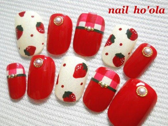 ♥オリジナルデザインのネイルチップです♥ 苺と、赤いギンガムチェックのチップ、深いグリーンとパールをプラスして クリスマスにも合わ...|ハンドメイド、手作り、手仕事品の通販・販売・購入ならCreema。