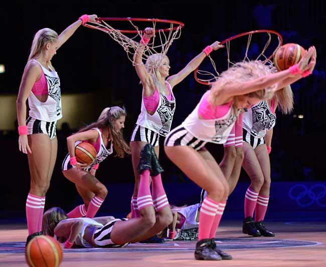ロンドン五輪のバスケットボールの試合…:頑張リオ 五輪チアリーダー 写真特集 - リオ五輪・パラリンピック 2016:時事ドットコム