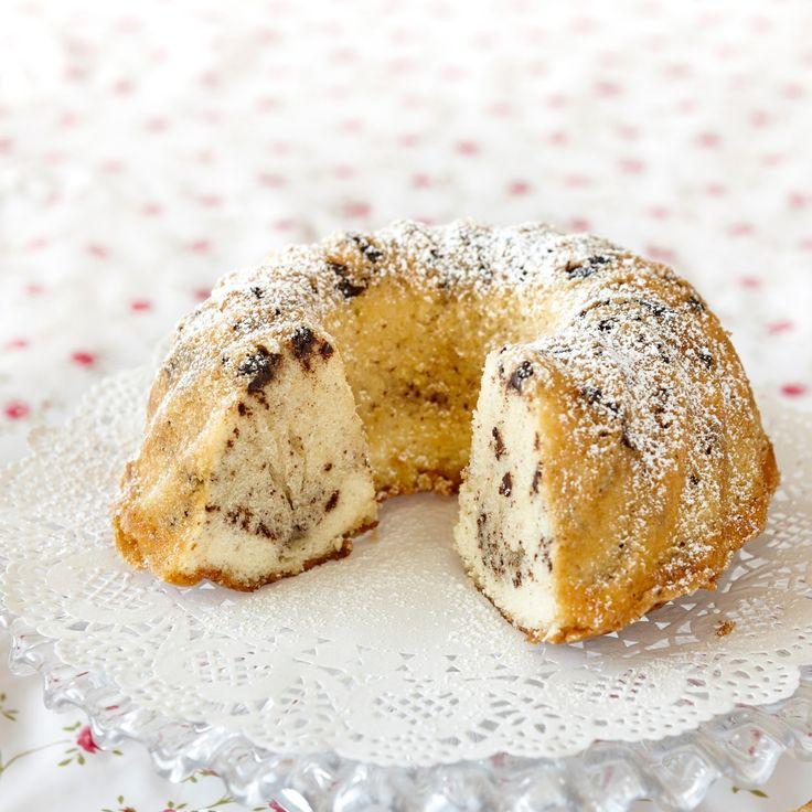 Glutenfri sockerkaka med bitar av hackad choklad.