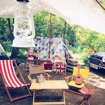 魔法のバッグのようなテントから、次に次に飛び出してきたキャンプ道具で、そこはみるみるうちにキャンプ場に早変わり?!その名も『Snug as a Bug(バッグにピッタリ)』なテントです。