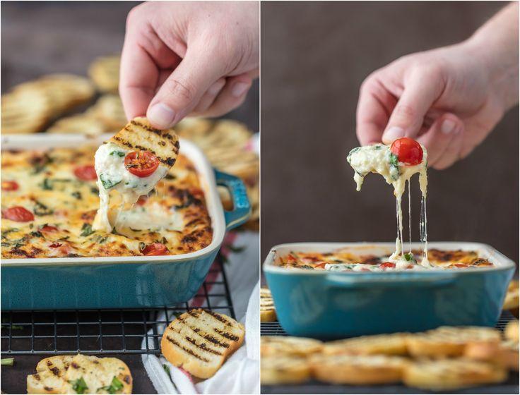 KAASACHTIGE CAPRESE DIP is de ultieme EASY partij dip voor elke gelegenheid!  Perfect voor een feest, bumperkleven, en vooral de Super Bowl!  Beste kaas dip recept ooit!