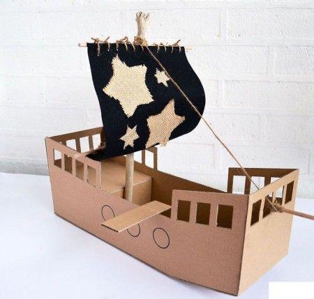Los barcos piratas son tanto para niñas como para niños, por eso armamos este precioso barco para nuestra nieta para que pudiera divertirse junto a sus muñecas que le regalaron hace poco en su cumpleaños. Les aseguro que es facil de armar y si se te complica aca como siempre le traemos el paso a paso de todas nuestras manualidades para que hacerlo sea sencillo. Sigue leyendo esta manualidad para aprender Como hacer un barco pirata de carton.