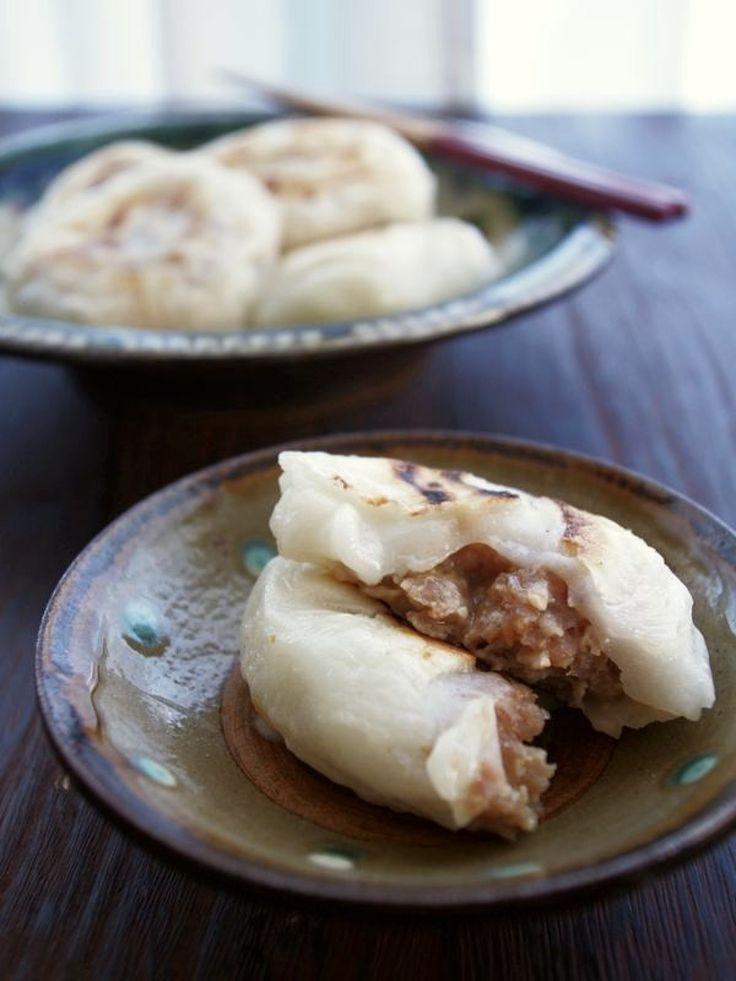 残った切り餅で点心♪ピリ辛肉入りシャンピン風焼き餅 by ヤミー / シャンピンとは、肉などの餡をもちもちの生地で包んで焼いた中国風おやきと言われているもの。日本のおやき同様、小麦粉で生地を作るのですが、切り餅でも作れるんです!もちもちのお餅の中にジューシーな肉餡が入っていて、ちょっといつもの切り餅とは違う雰囲気。焼いてから冷凍しておくこともできるので、お正月のお餅に飽きてしまったら作ってみてくださいね。 / ナディア