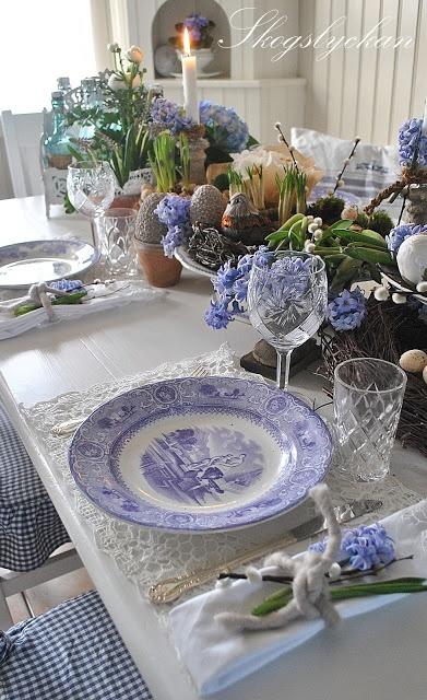 Blue and white table setting ~ Atelje Skogslyckan.