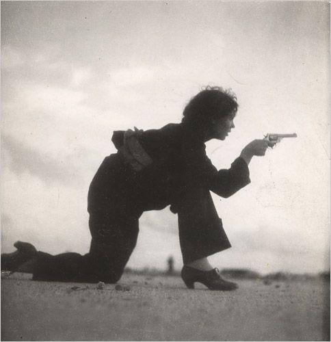 Jeune habitante de Barcelone s'entrainant aux armes sur la plage (1937, photo de Gerda Taro)