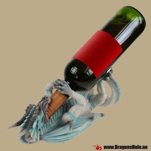 En fin dragestatuett som også er en flaskeholder! Passer til typiske vinflasker og liknende. Mål: Cirka 12cm høy, 12cm bred og 29 cm lang. Materiale: Laget i håndmalt polystone-kunststoff. Flasken på bildet følger ikke med.
