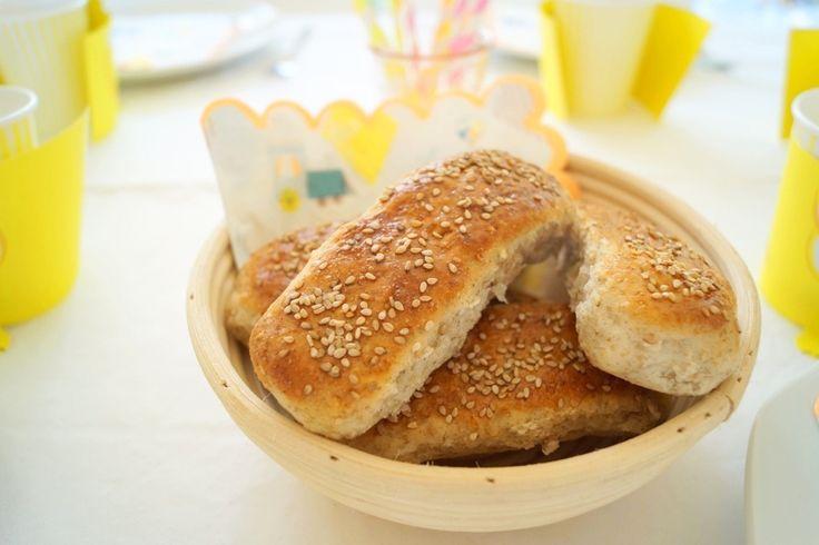 Pølsebrød med rugmel. De her gode pølsebrød med rugmel og havregryn bagte jeg til Maltes 3 års fødselsdag. Opskrift og billeder kan ses her.