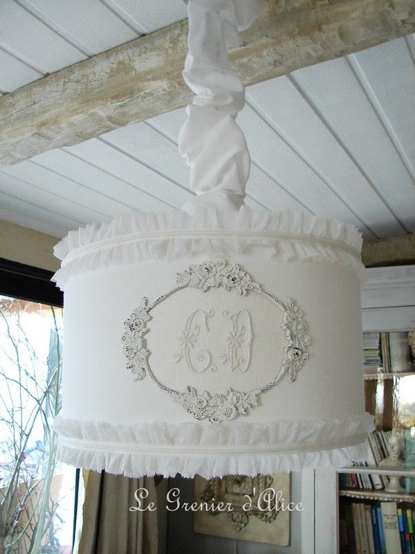 Suspension abat jour lampshade serviette ancienne monogramme ornement patine blanche volant ruffle shabby chic