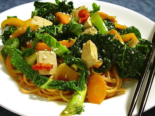 Wokade grönsaker med tofu och nudlar