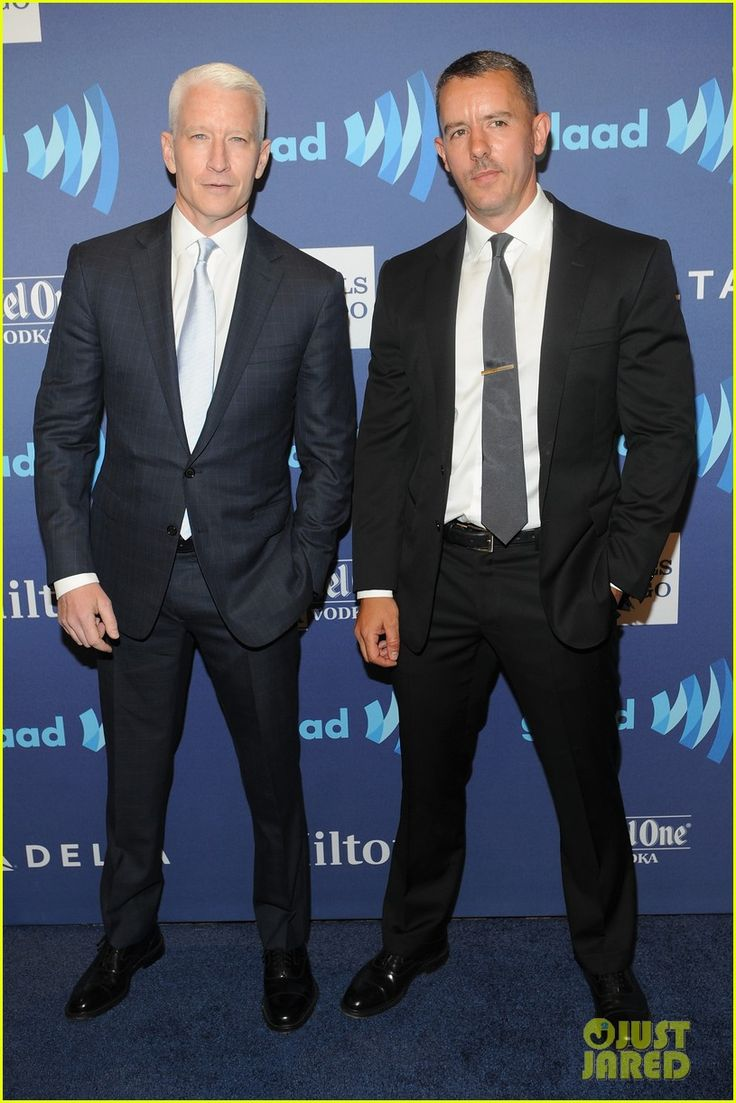 anderson cooper walks the red carpet with boyfriend