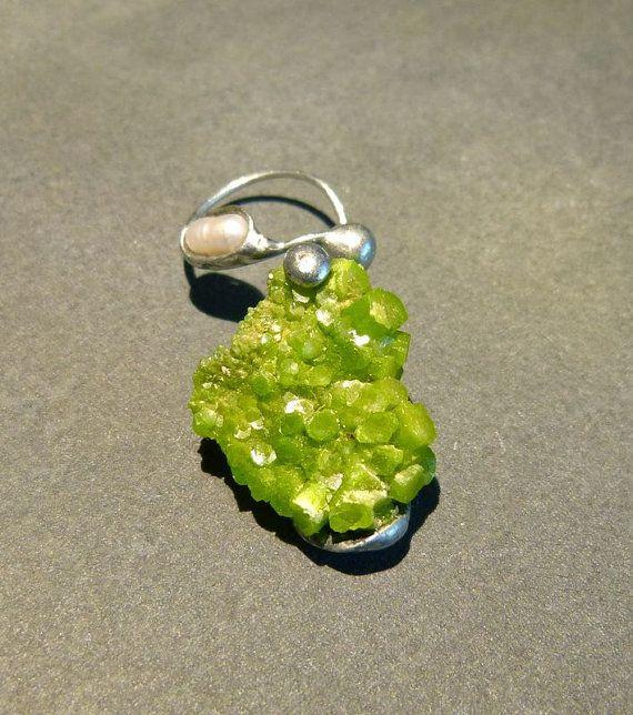 Grüner Pyromorphit Ohrschmuck ohne Loch zu von Sparklinginside