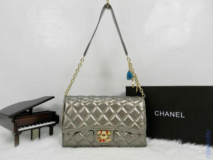 Небольшая сумочка Chanel серебристого цвета, с сердечками на цепочке и камнями на замке