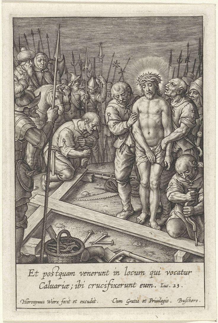 Hieronymus Wierix   Christus naast het kruis, Hieronymus Wierix, 1563 - before 1619   Twee soldaten houden Christus vast, terwijl hij zijn kruisiging afwacht. Andere soldaten slaan gaten in het kruis dat op de grond ligt. Op de achtergrond kijkt Pilatus te paard toe. In de marge een tweeregelig Bijbelcitaat uit Luc. 23 in het Latijn.