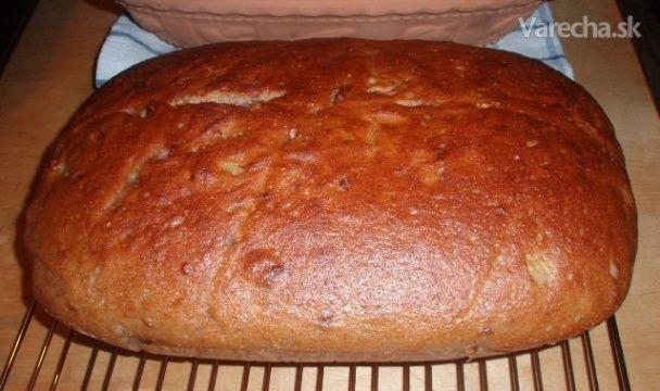 Špaldový kváskový chlieb s orechami a cibuľou