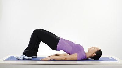 *Zadek*   Okamžitý trik pro zpevnění zadečku:  Lehněte si na záda, chodidla na zemi, kolena pokrčená a mírně od sebe. Zvedněte pánev ze země, hýžďové svaly přitom držte zatnuté. Vydržte čtyři až pět vteřin a při výdrži zvolna dýchejte. Opakujte 10–16krát.