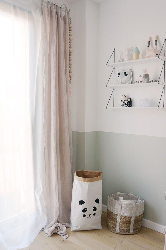 Un sac en paper au motif panda et des rideaux roses poudrés - idée peinture chambre fille
