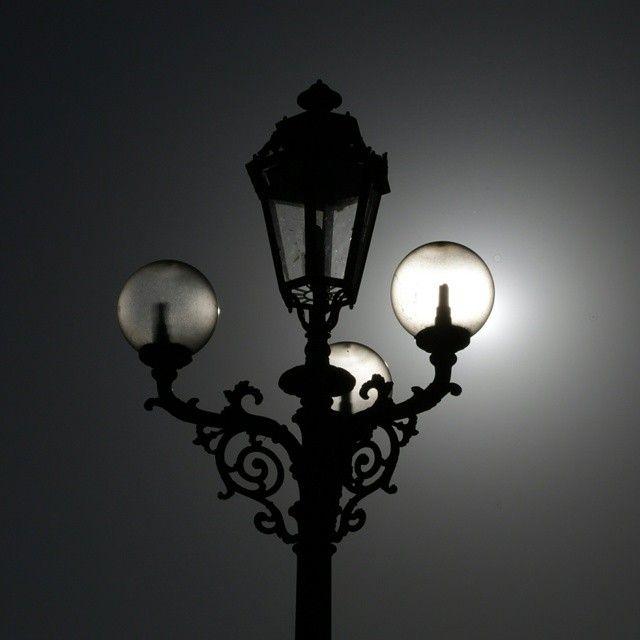 Giochi di controluce! Lampadine illuminate dal sole. Lampioni Torino
