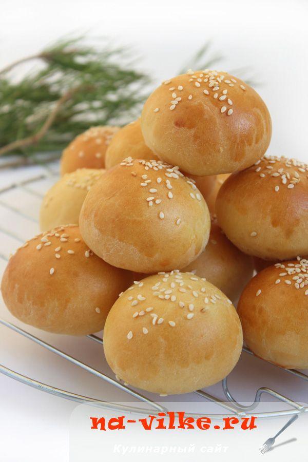 Маленькие, на один зубок, аккуратненькие, золотистые булочки станут украшением любого фуршета, отлично впишутся в закусочное меню. Очень изящно, празднично и совсем просто.